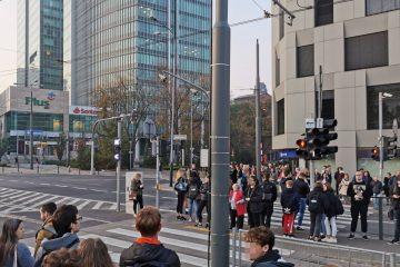 Z przejście dla pieszych na skrzyżowaniu Półwiejskiej i Królowej Jadwigi licznie korzystają piesi. Szczególnie w godzinach szczytu komunikacyjnego (zdjęcie zrobiono krótko po godzinie 17)
