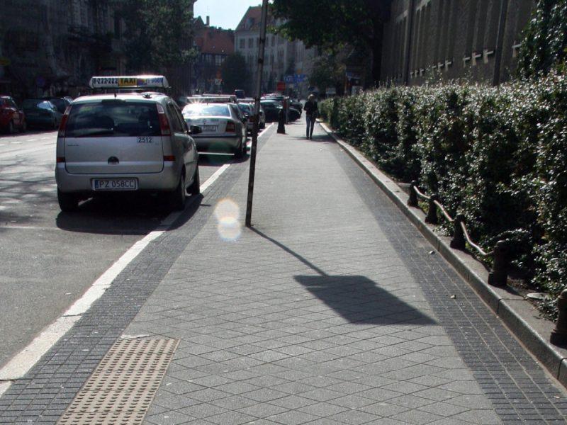 """Chodnik """"infuła"""" - w takim standardzie będzie ułożony na ulicy Półwiejskie. Fot. z ulicy Kościuszki, """"Katalog nawierzchni chodników"""""""