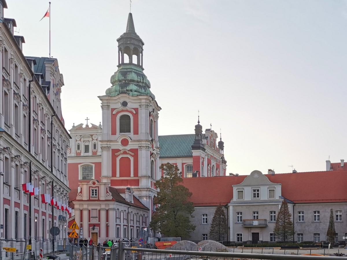 Poznań Plac Kolegiacki widok na zabytki inwestycja listopad
