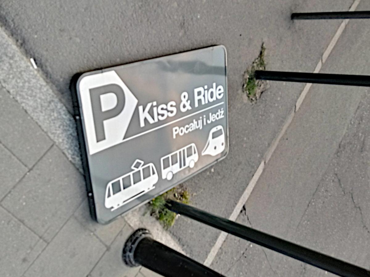 Parking Kiss&Ride przy dworcu Poznań Główny jest notorycznie zastawiany przez taksówki