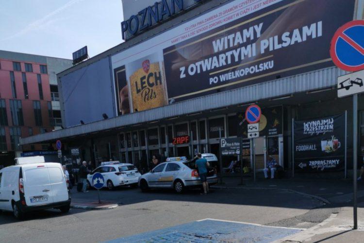Taksówki nielegalnie zastawiają parking Kiss&Ride w Poznaniu - wrzesień