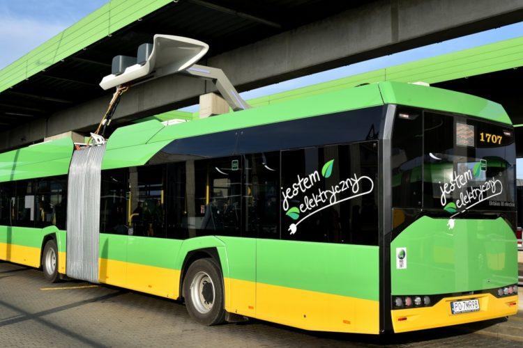 Elektryczny autobus w Poznaniu: Solaris ładuje się na pętli Osiedle Sobieskiego