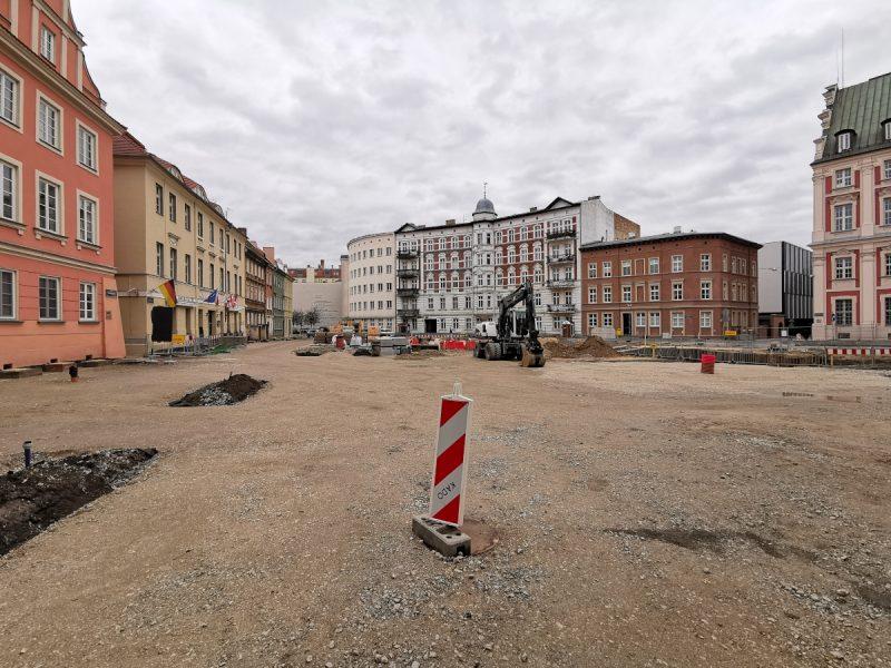 Widok z ulicy Koziej. Północna część placu czeka na kostkę - podbudowa już gotowa