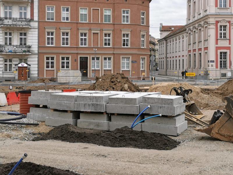 Na pierwszym planie betonowe bloczki, w tle wlot ulicy Wszystkich Świętych