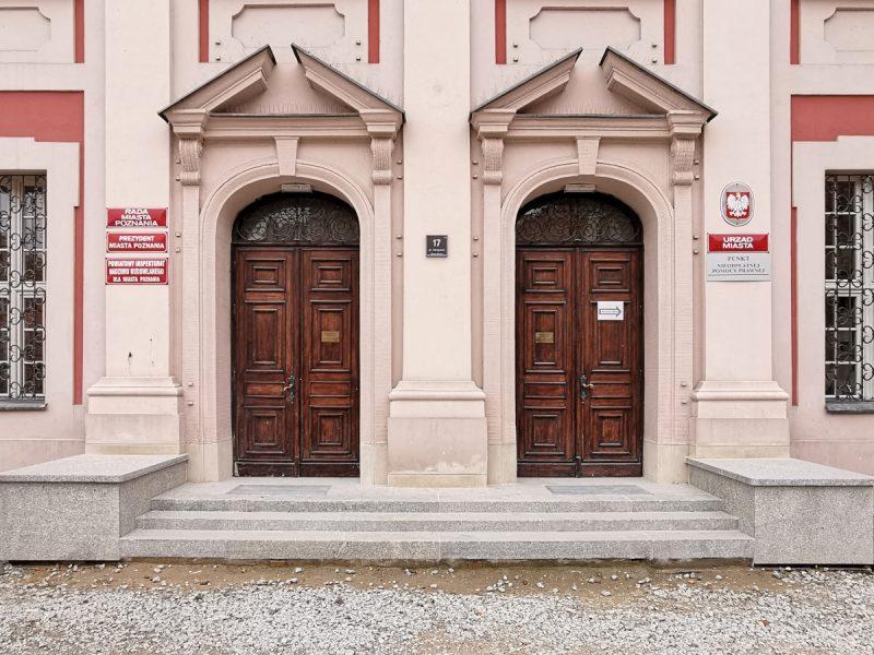 Urząd Miasta Poznania - nowe schody i zabezpieczanie fundamentów. Poznań Stare Miasto
