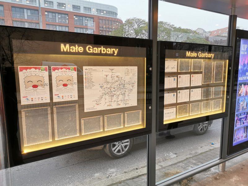 Podświetlane gabloty z informacjami ważnymi dla pasażerów