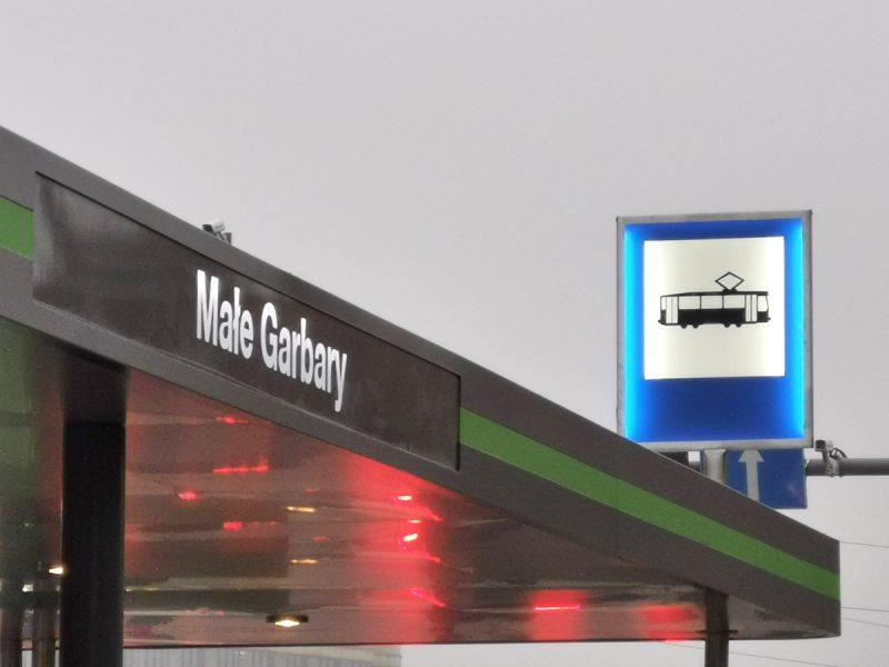 Chłodniejszą barwę światła zastosowano w znaku drogowym i w szyldzie z nazwa przystanku