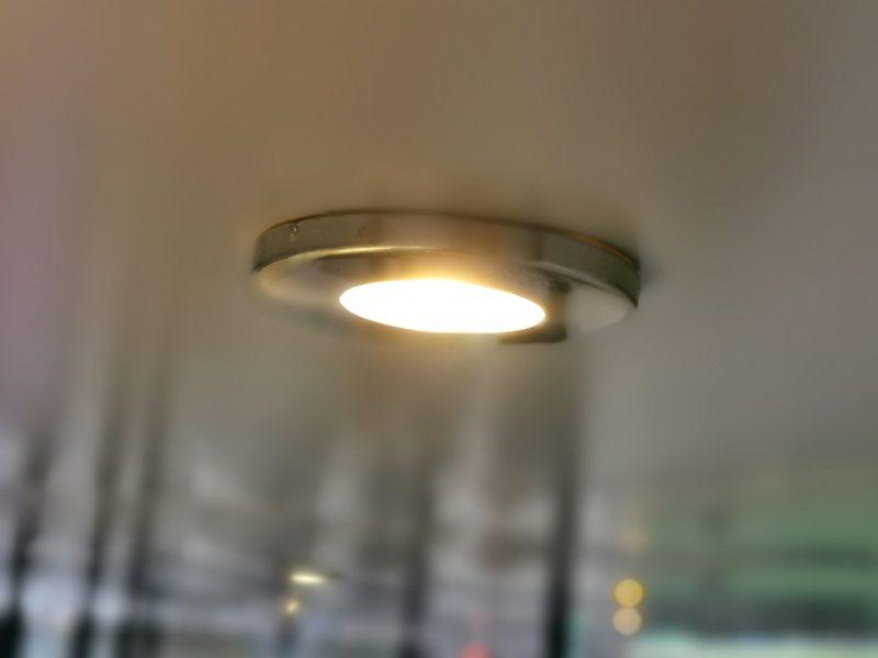 W wiacie jest jasno dzięki oświetleniu. Jest takiej samej barwy, jak podświetlenie gabloty. MTP, City Marketing