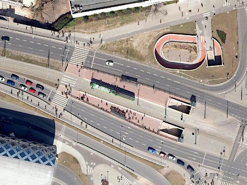 Mimo istnienia przejścia podziemnego (po prawej) i punktów kolizji z pojazdami, przejście dla pieszych przez ul. Matyi do dworca Poznań Główny powstało w 2015 i 2017 roku