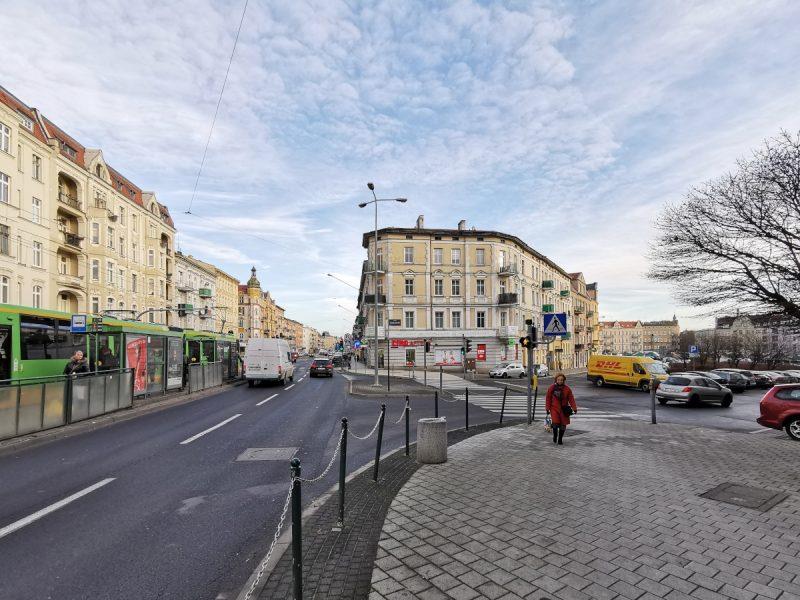 Wejście na Rynek Łazarski od strony ulicy Głogowskiej