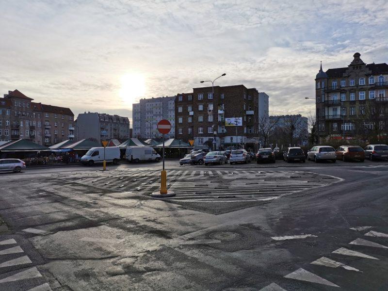 Morze asfaltu przy skrzyżowaniu z ul. Niegolewskich