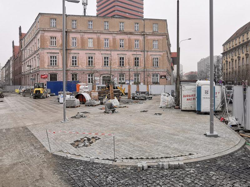 Ulica Taczaka i Kościuszki. Budowlańcy kończą roboty na skwerze przy ul. Kościuszki. Projekt Centrum Poznań