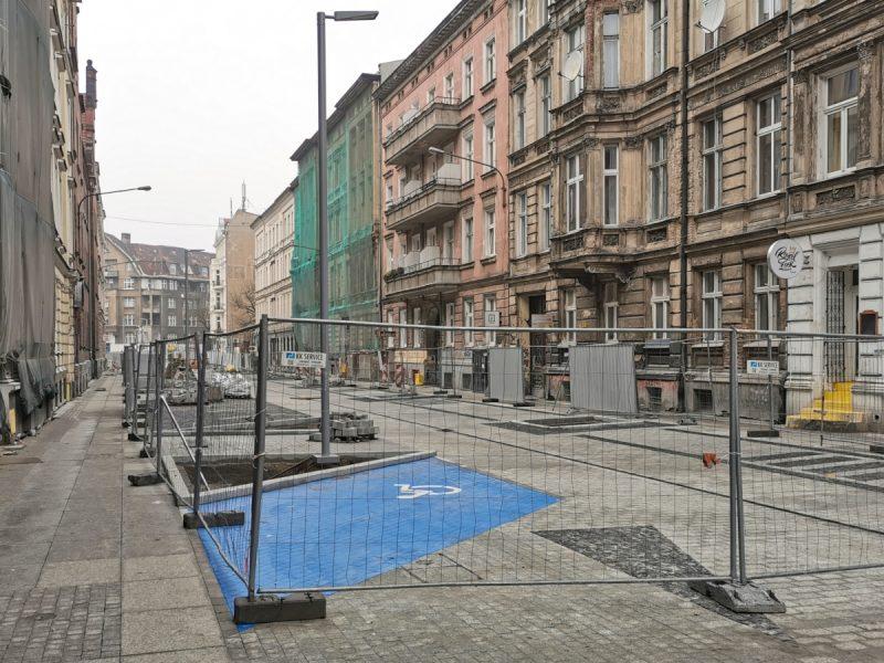 Zachodnia część ulicy Taczaka. Niebieskie malowanie miejsc dla osób z niepełnosprawnością wymusza prawo