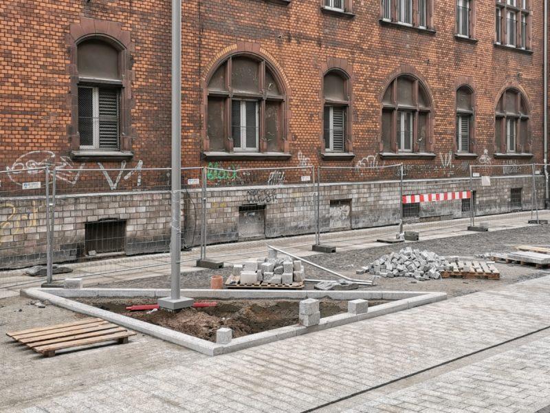 Ulica Taczaka. Chodniki prawie w całości gotowe, trwają prace wykończeniowe