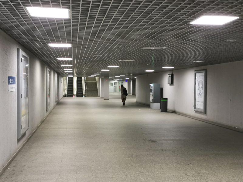 Na suficie zauważymy nieświecące oprawy oświetleniowe. Dworzec Zachodni PST