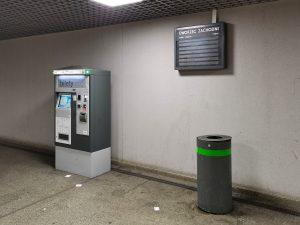 Popsuta tablica informacji pasażerskiej i brud