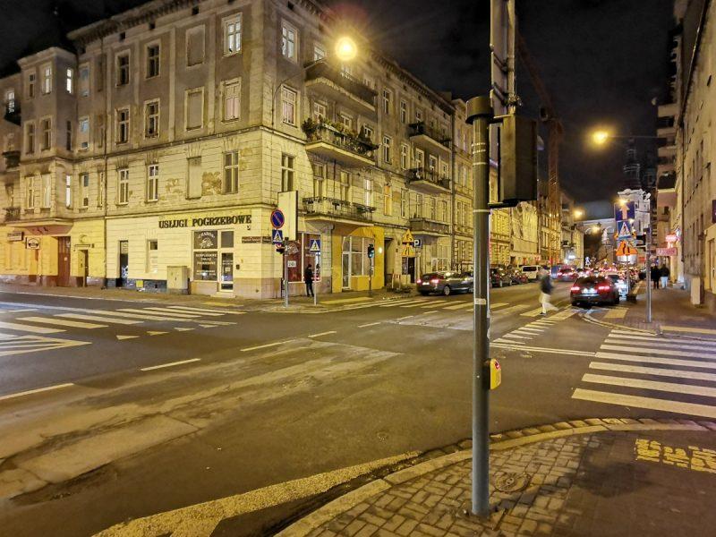 Słup sygnalizacji na skrzyżowaniu Garbary/Wszystkich Świętych. Poznań Stare Miasto