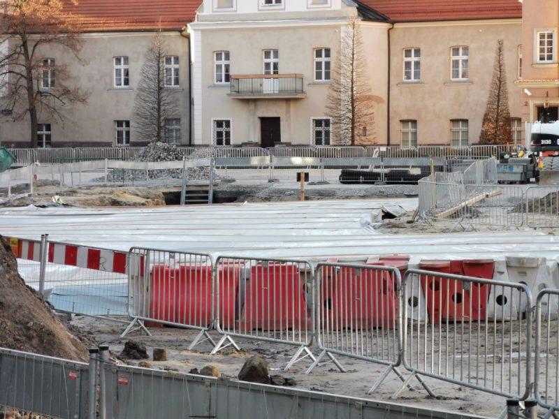 Przybliżenie na centralną część placu Kolegiackiego (wykop przykryty zadaszeniem)