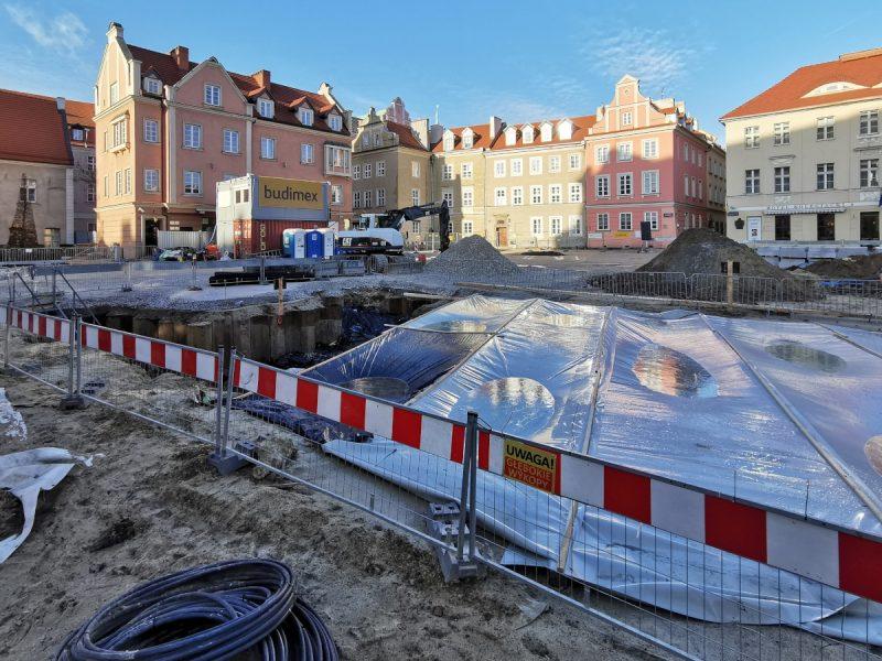 Wykop w rejonie przyszłej fontanny zabezpieczono na zimę. Rewitalizacja centrum Poznania