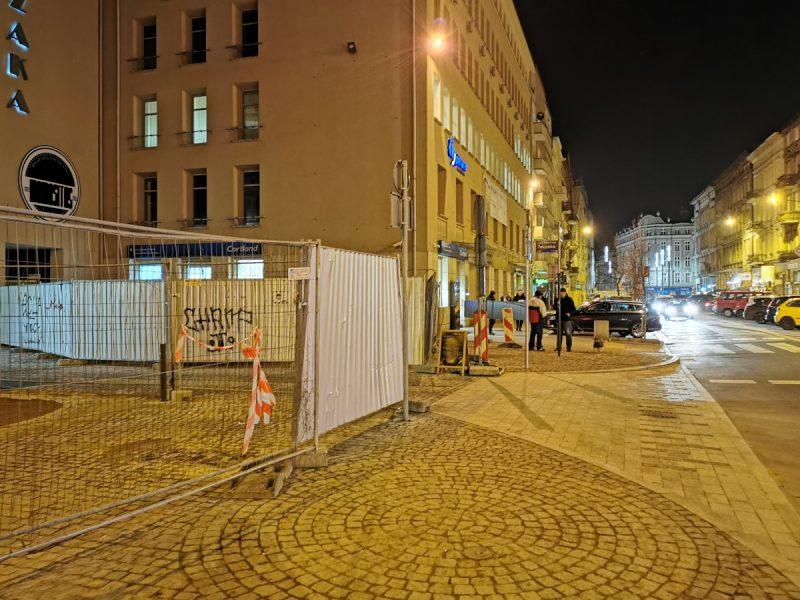 A tu widzimy samo skrzyżowanie z ulicą Ratajczaka. Bruk gotowy, znaki już stoją. Nic tylko otwierać ulicę ;) Projekt Centrum Poznań