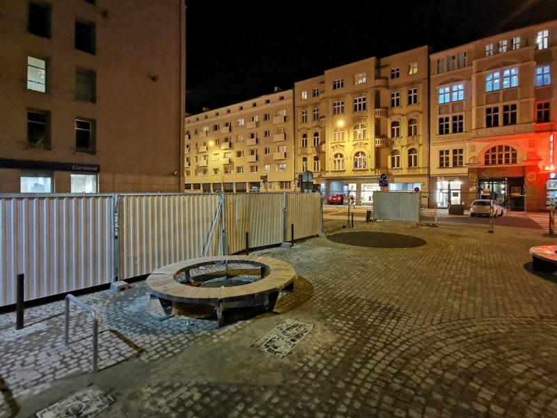 Skwer przy skrzyżowaniu z ulicą Ratajczaka wybrukowany w całości. Trwa montaż ławek i innych elementów małej architektury