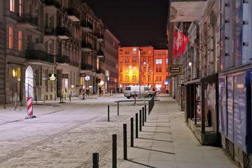 Chodnik po południowej stronie ulicy. Tu już pozostały wyłącznie prace wykończeniowe. Rewitalizacja centrum Poznania trwa