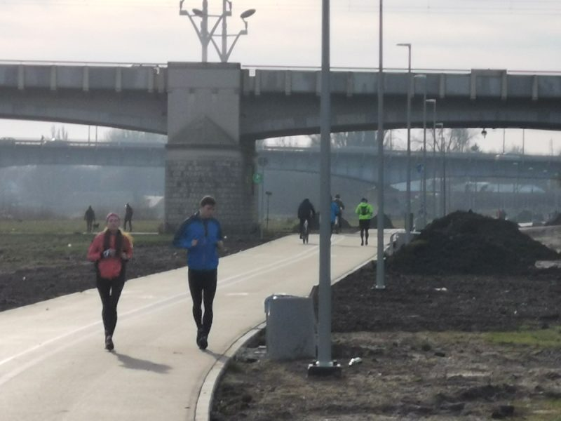 Z nowej trasy chętnie korzystają biegacze i rowerzyści. Patrzymy w kierunku Mostu Rocha
