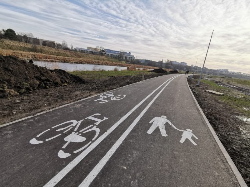 Na całym odcinku Wartostrady od parku Stare Koryto Warty do Mostu Królowej Jadwigi leży już asfalt z warstwą ścieralną. Rowery