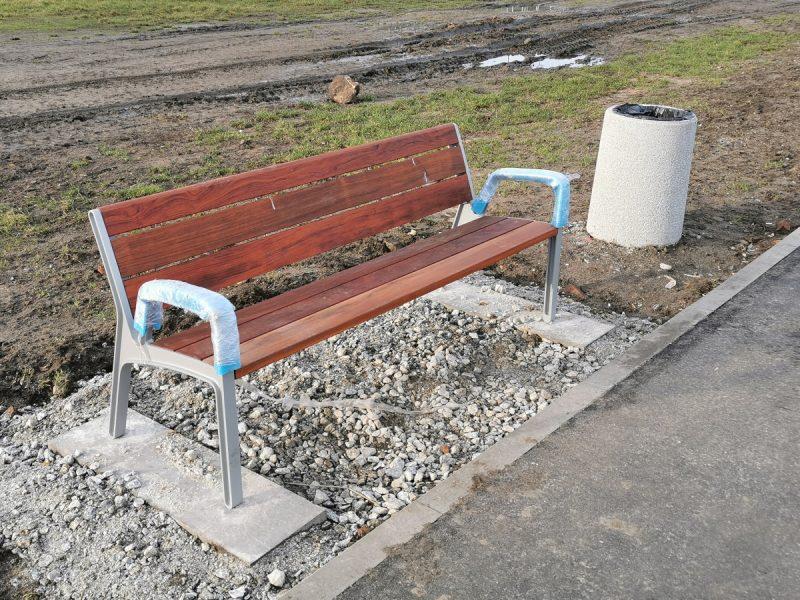 Przy nowo powstających częściach trasy od razu stawiane są ławki i kosze na śmieci