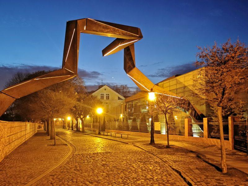 Nocą rozświetla się subtelne podświetlenie tej instalacji artystycznej. Przekrój Poznania, odnowa Ostrowa Tumskiego