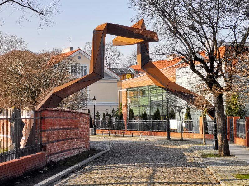Rzeźba autorstwa Łukasza Gruszczyńskiego znajduje się nad ulicą Ignacego Posadzego