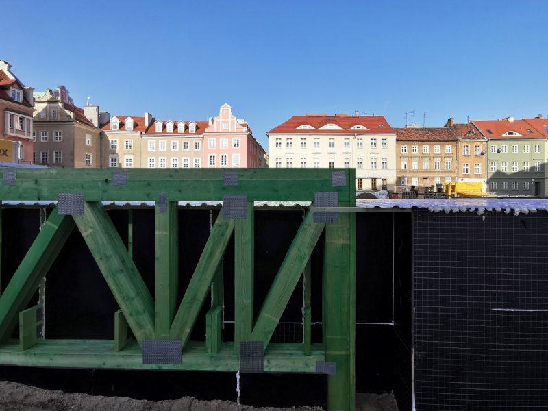 Okolice pomnika-pylonu. Głęboki wykop w centralnej części placu przykryto zadaszeniem
