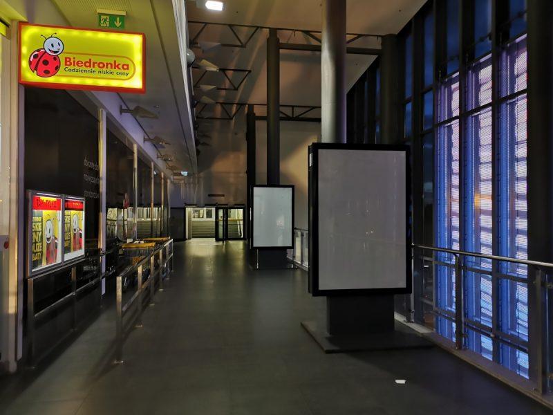 Nadal I piętro, przejście z dworca Poznań Główny w kierunku parkingu. Pusto i ciemno