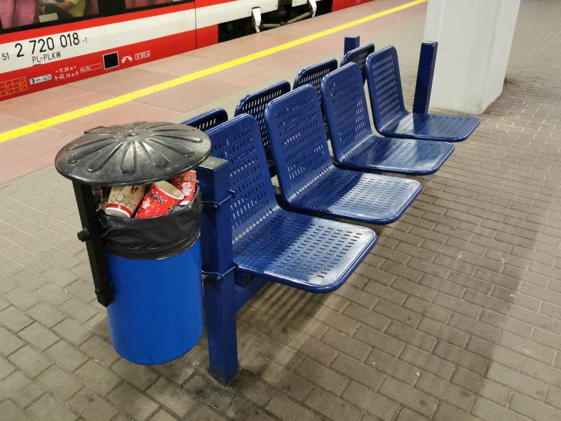 Mała architektura na peronach 1-3: ławka i kosz na śmieci