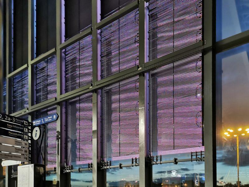 A na szybie od strony starego dworca PKP - wielka reklama. Taki z niej pożytek, że rozświetla ciemne wnętrze dworca
