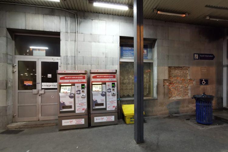 """Jak pięknie! Strzałka """"Tourist information"""" prowadzi do zamkniętych drzwi, za którymi nie ma żadnej informacji turystycznej. Dworzec Poznań Główny"""