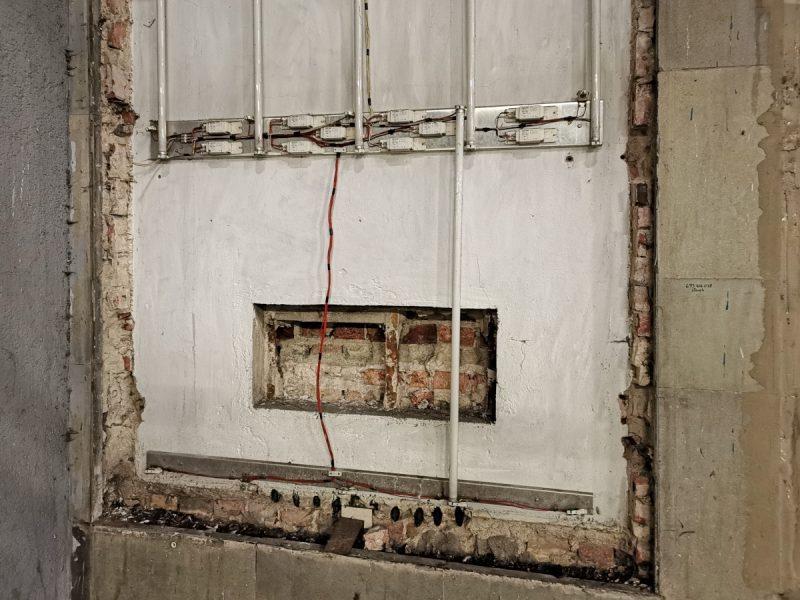 """Koniec żartów. Pozostawianie takich instalacji """"na widoku"""" (po nośniku reklamowym) jest zwyczajnie niebezpieczne"""