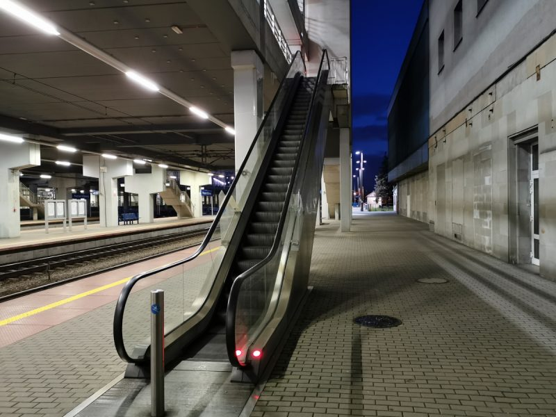 Dwa z trzech schodów ruchomych prowadzących z peronów 1-3 na parking nie działają