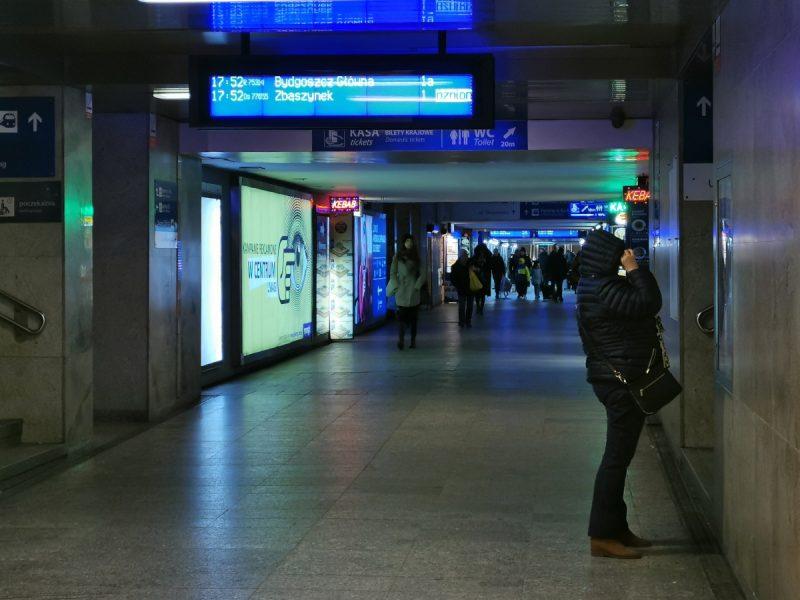 Jesteśmy w tunelu łączącym wszystkie perony dworca Poznań Główny. Tu także jest ciemno (na odcinku między wejściami na perony)