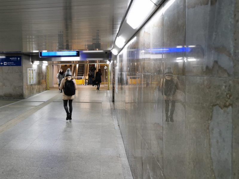 W odnowionych częściach tunelu jest jasno, nie zamontowano nośników reklamowych... Czyli da się zadbać o estetykę ;) Dworzec Poznań Główny