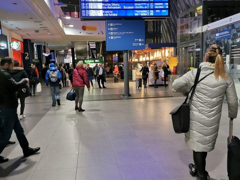 W porównaniu z 2019 rokiem, w holu dworca Poznań Główny zmian niewiele...