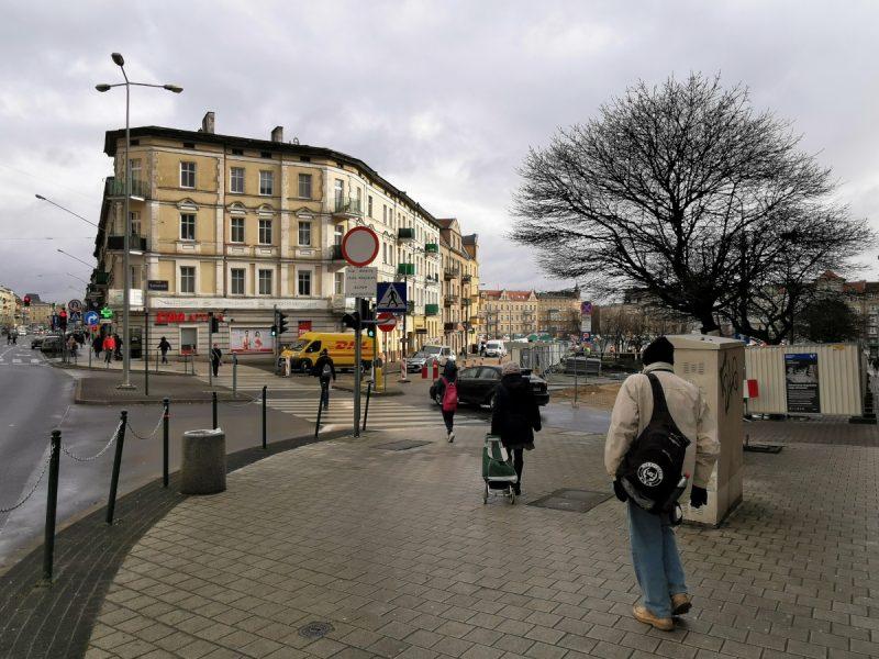 Wejście na Rynek Łazarski od strony ulicy Głogowskiej. Odnowa Rynku Łazarskiego, luty 2020