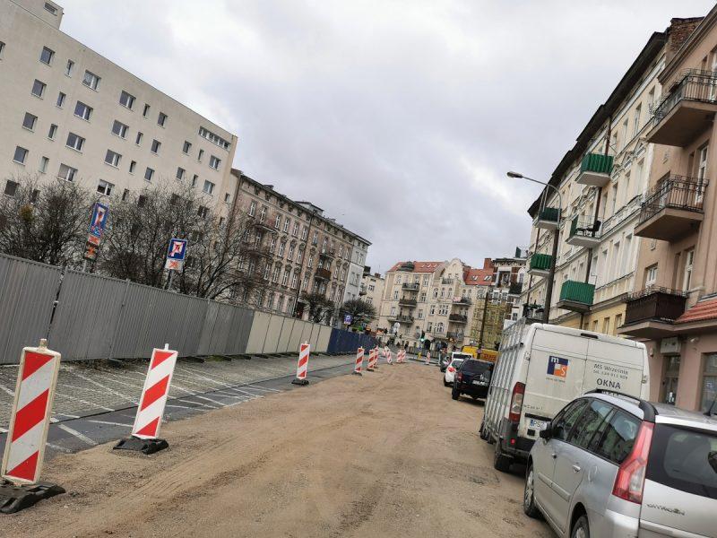 Ściągnięty asfalt z wyjazdu z Rynku Łazarskiego w kierunku ul. Głogowskiej. Poznań Łazarz