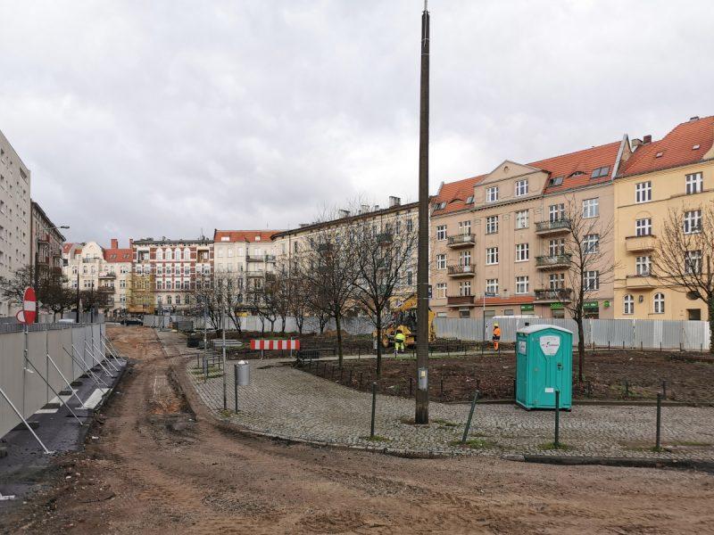 Wygrodzony skwer Kazimierza Nowaka. Trwają przenosiny drzew
