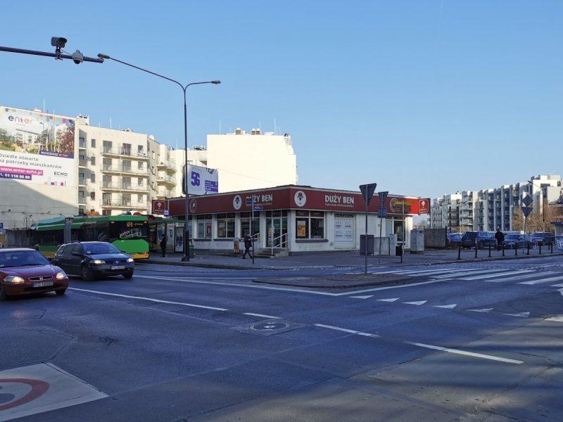 Skrzyżowanie Garbary/Wielka psuje wyrwa w zabudowie, którą wypełnia parterowy sklep monopolowy