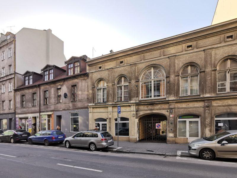 Cechą charakterystyczną ulicy Garbary jest współistnienie wysokich kamienic i niskich budynków, których nie zdążono w XIX/XX wieku przebudować. Tu widzimy Garbary 45 i 47