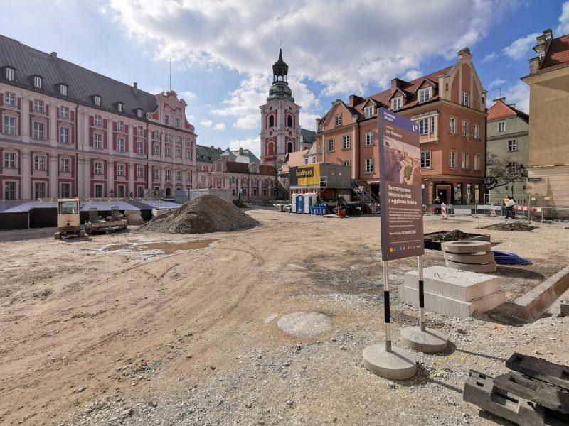 Widok z ulicy Ślusarskiej. Miejsce na drzewa i podbudowa. Plac Kolegiacki, rewitalizacja śródmieścia Poznania