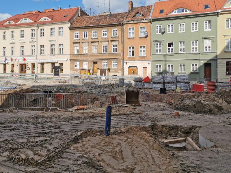 Na pierwszym planie okolice przyszłej fontanny