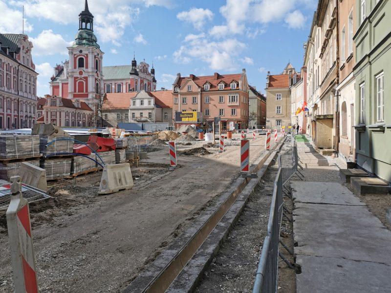 Po kilku miesiącach od dostarczenia na plac budowy elementów odwodnienia liniowego, rozpoczęto jego montaż przy północnej pierzei placu Kolegiackiego