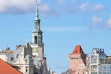 Stare Miasto w Poznaniu. Ratusz, Zamek Przemysła, kamienice i słoneczna pogoda